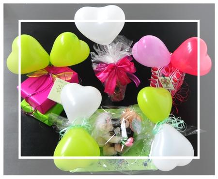kleine Dekorationen für Geschenke mit Herzluftballons